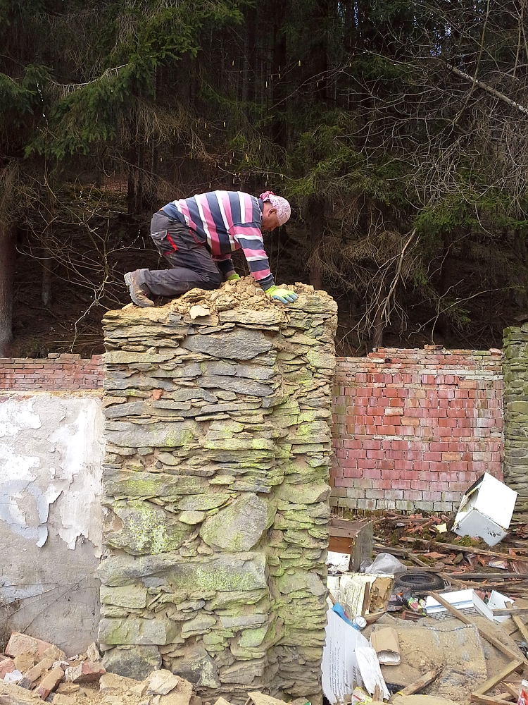 Demolice kamenné zdi