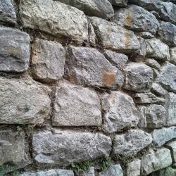 Kamenná zeď před opravou