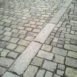 Kamenná dlažba s linkou