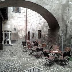 Valounková dlažba na hrädku pod věží zámku Český Krumlov
