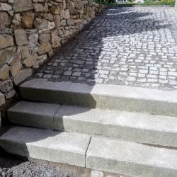 Kamenná dlažba - hřbitov Kájov