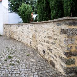 Opravená hřbitovní zeď - hřbitov Kájov