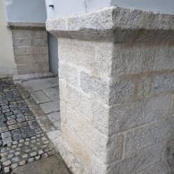 Kamenné hlavice opěrných sloupů