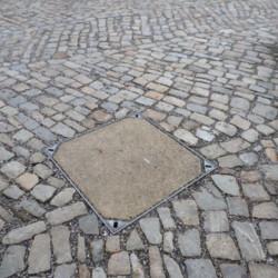 Kamenné víko vodovodní šachty