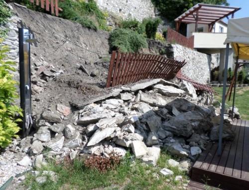 Výstavba zdi po jejím sesunutím