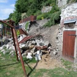 Těsně po pádu zdi do zahrady klienta